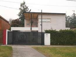 Casas de estilo moderno por [ER+] Arquitectura y Construcción