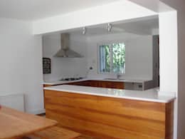 Cocinas de estilo moderno por [ER+] Arquitectura y Construcción