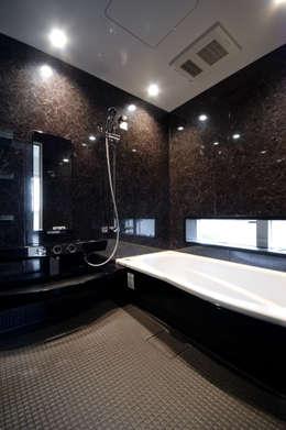 Casas de banho modernas por 前田敦計画工房