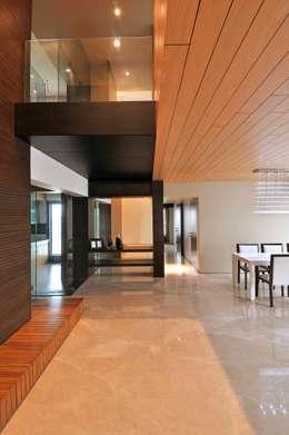 Ozone Penthouse:  Corridor & hallway by SM Studio
