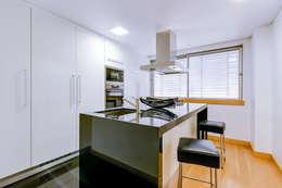 Cocinas de estilo moderno de Ivo Santos Multimédia