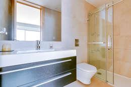 Baños de estilo moderno de Ivo Santos Multimédia