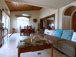 Villa Coquí Akumal: Salas de estilo mediterraneo por DHI Arquitectos y Constructores de la Riviera Maya