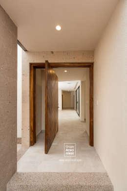 Casa Valle Verde: Puertas de estilo  por Grupo Arsciniest