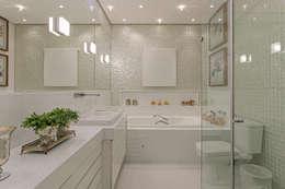 modern Bathroom by Charis Guernieri Arquitetura