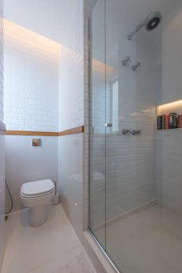 Baños de estilo moderno de Espaço Tania Chueke