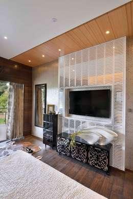Heera Blue Water: modern Bedroom by SM Studio