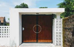 NEW HOUSE:  Cửa trước by RÂU ARCH