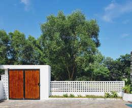 NEW HOUSE:  Sân trước by RÂU ARCH