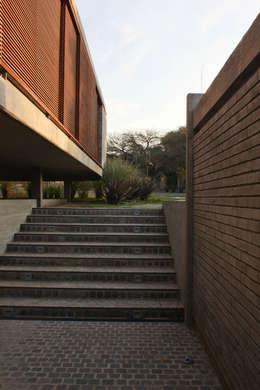 Casa TM: Casas de estilo moderno por BLTARQ  Barrera-Lozada