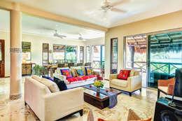 Salas de estar tropicais por DHI Riviera Maya Architects & Contractors