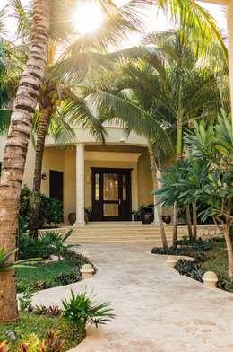 Villa Escapar: Pasillos y recibidores de estilo  por DHI Riviera Maya Architects & Contractors