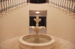 Marble Fountain: Pasillos y recibidores de estilo  por DHI Riviera Maya Architects & Contractors