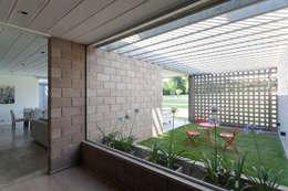 Casa BE: Casas de estilo moderno por BLTARQ  Barrera-Lozada