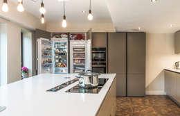 Tủ bếp by John Gauld Photography