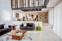 Sala de estar y comedor: Salas de estilo moderno por Constructora e Inmobiliaria Catarsis