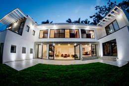 Fachada lateral: Casas unifamiliares de estilo  por Constructora e Inmobiliaria Catarsis