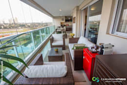 Área social de apartamento contemporâneo: Terraços  por Camarina Studio