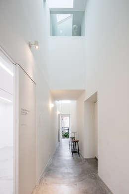coneco bld.: 一色玲児 建築設計事務所 / ISSHIKI REIJI ARCHITECTSが手掛けた廊下 & 玄関です。