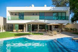 Projekty, nowoczesne Domy zaprojektowane przez Julice Pontual Arquitetura