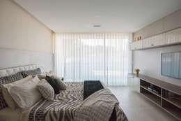 Projekty,  Sypialnia zaprojektowane przez Julice Pontual Arquitetura