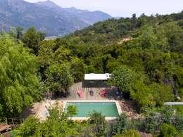En Bosque Nativo · Cajón del Maipo: Piscinas de jardín de estilo  por Francisco Vicuña Balaresque