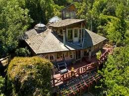 En Bosque Nativo · Cajón del Maipo: Casas de estilo rústico por Francisco Vicuña Balaresque