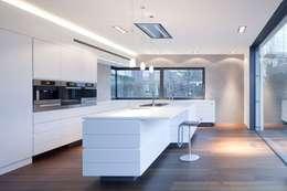 Einfamilienhaus: minimalistische Küche von Innenarchitektur und Kunst