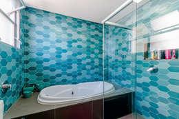 modern Bathroom by ME Fotografia de Imóveis