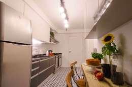 Cocinas de estilo moderno por FÜLEP design + arquitetura