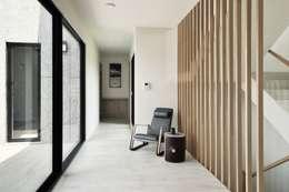 Corridor & hallway by 行一建築 _ Yuan Architects