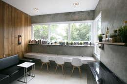 Cipaganti Studio House:  Ruang Kerja by INK DESIGN STUDIO