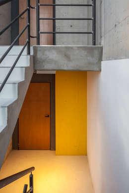 Jacinto Chiclana: Pasillos y recibidores de estilo  por Ciudad y Arquitectura