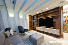 eclectic Media room by EspacioInterior