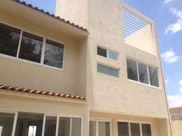 Amates: Casas unifamiliares de estilo  por Arkalli