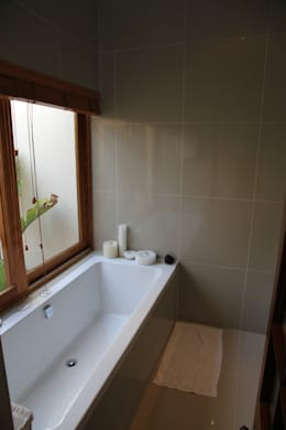 Campbell Street: modern Bathroom by Alex Jordaan Construction