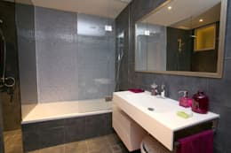 modern Bathroom تنفيذ Paradigm Design House