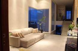 Livings de estilo moderno por Opus Arquitetura e Urbanismo