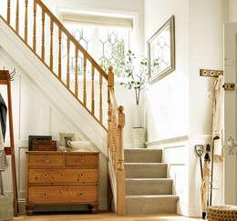 Vestíbulos, pasillos y escaleras de estilo  por Wonkee Donkee Richard Burbidge