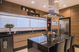 Cozinha G.G.: Armários e bancadas de cozinha  por Panatto Hilgemberg Arquitetura