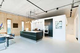 Strak, modern en duurzaam interieur met karakter: moderne Keuken door BNLA architecten