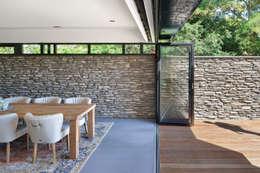 Bosrijk wonen in een droomvilla: moderne Eetkamer door BNLA architecten