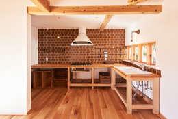 カントリースタイルのキッチン: URBAN GEARが手掛けたキッチンです。