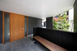 山坂の家: 樋口章建築アトリエが手掛けた廊下 & 玄関です。