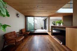 山坂の家: 樋口章建築アトリエが手掛けたリビングです。