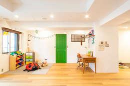 o邸-7畳の収納スペースつくり、LDKを広く: 株式会社ブルースタジオが手掛けた子供部屋です。