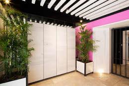 CD8: Pasillos y recibidores de estilo  por Boué Arquitectos