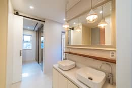 Baños de estilo moderno por AAPA건축사사무소