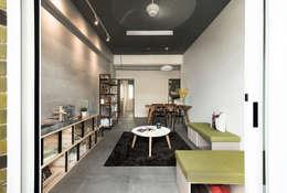 空間現況|舊式公寓:  客廳 by 小寶股份有限公司