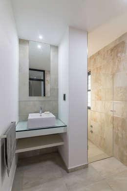 Casa CC - RESIDENCIA DE FIN DE SEMANA: Baños de estilo moderno por D'ODORICO OFICINA DE ARQUITECTURA